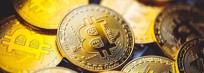 Moedas de Bitcoin no teclado do portátil Cryptocurrency Conceito da finan?a fotos de stock royalty free