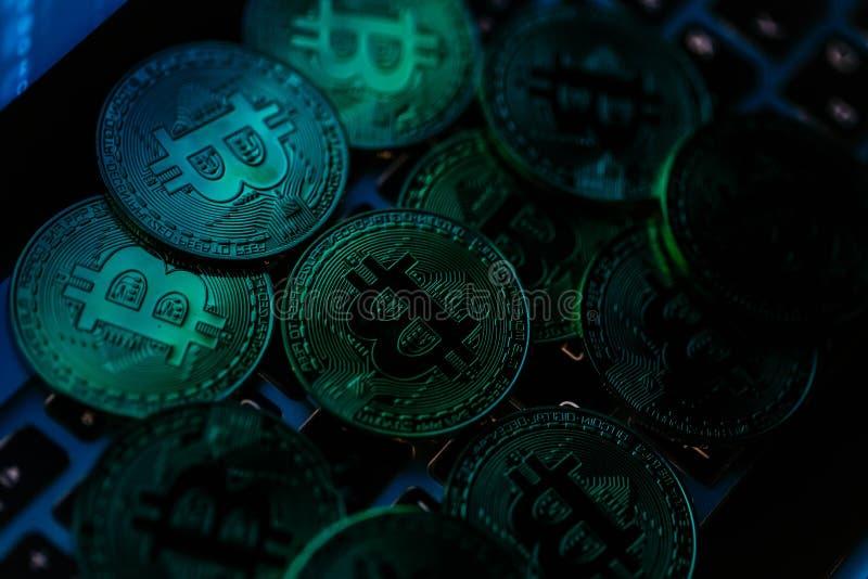 Moedas de Bitcoin no teclado do portátil Cryptocurrency Conceito da finan?a fotografia de stock