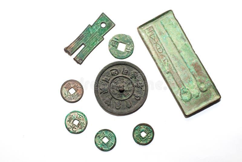 Moedas de bronze chinesas antigas em um fundo branco imagem de stock