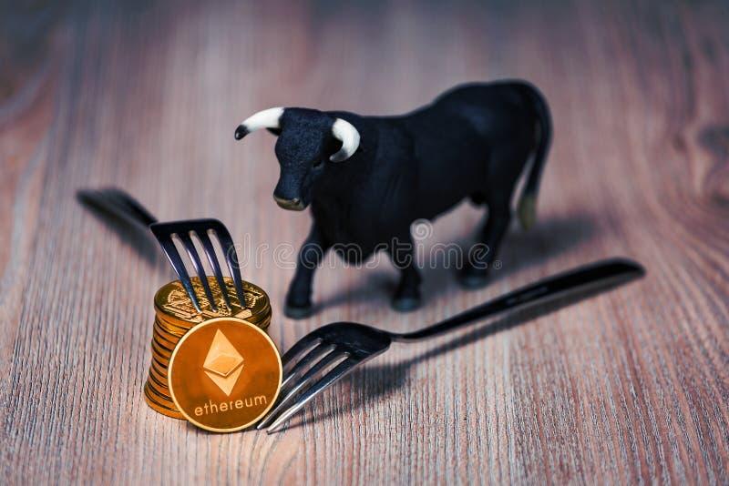 Moedas de Ethereum com figura do touro foto de stock