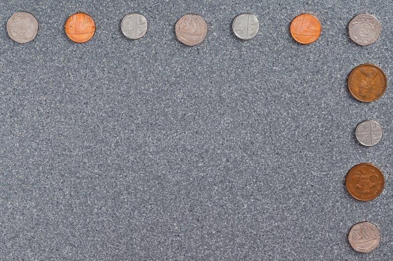 Moedas de Grâ Bretanha do fundo do granito cinzento fotos de stock royalty free