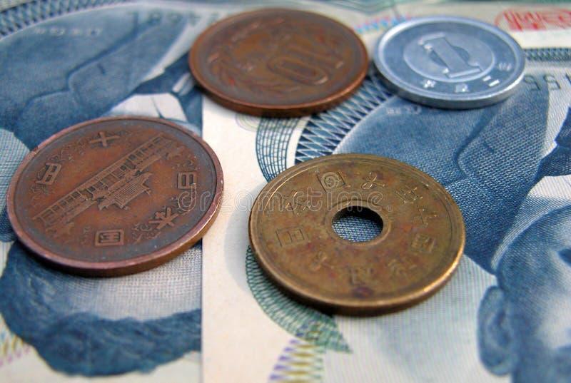 Moedas de JJapanese e 100 contas dos ienes fotografia de stock royalty free