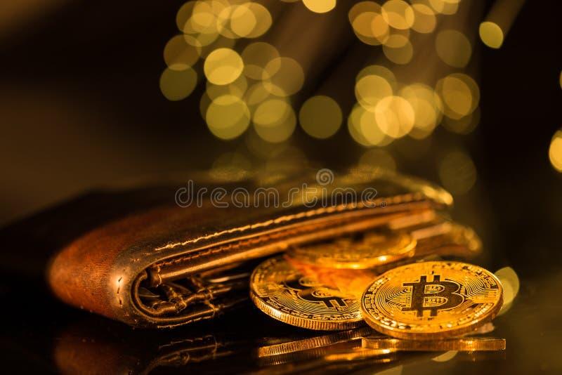 Moedas de ouro de Bitcoin com carteira Conceito virtual do cryptocurrency fotografia de stock