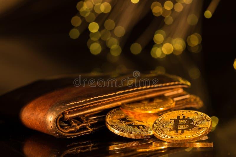 Moedas de ouro de Bitcoin com carteira Conceito virtual do cryptocurrency foto de stock royalty free