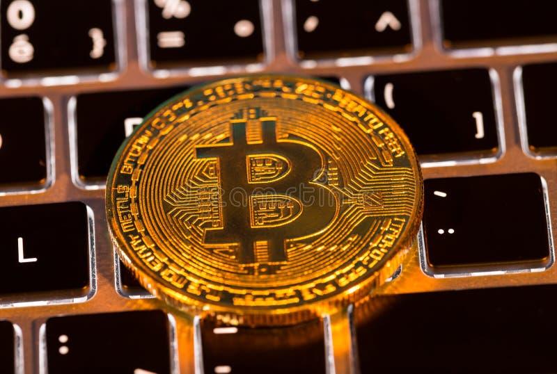 Moedas de ouro de Bitcoin com teclado do portátil Conceito virtual do cryptocurrency fotografia de stock royalty free