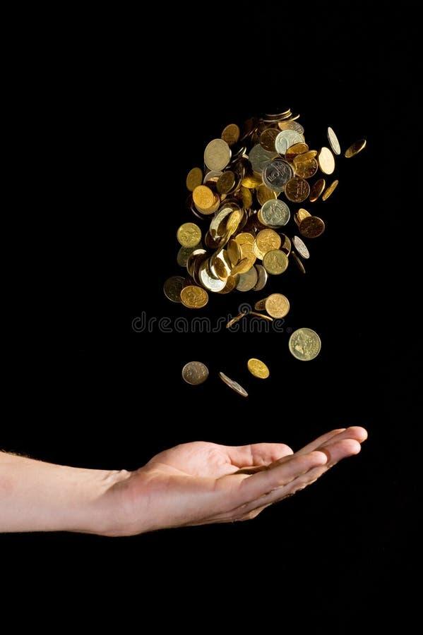 Moedas de ouro de jogo da mão no ar fotos de stock royalty free