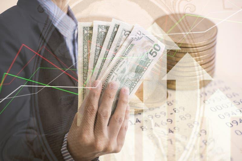 Moedas de ouro dinheiro da exposição dobro e economia do gráfico imagens de stock royalty free