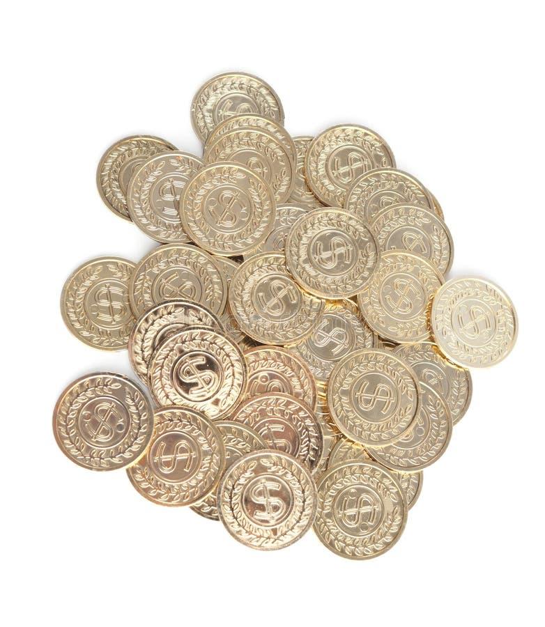 Moedas de ouro dispersadas, isoladas no branco fotografia de stock