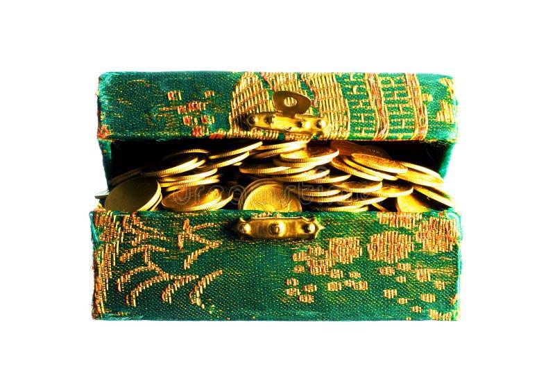 Moedas de ouro em uma caixa imagens de stock royalty free