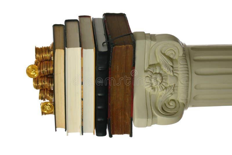 Moedas de ouro na pilha de livros fotos de stock royalty free