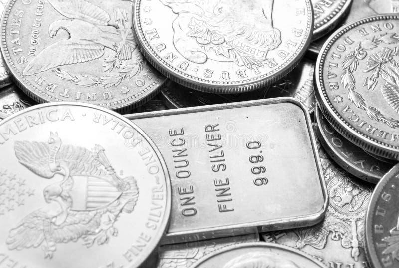 Moedas de prata e tiro macro das barras imagem de stock royalty free