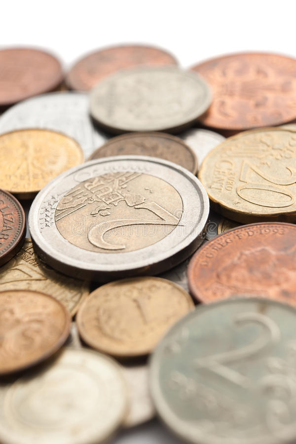 Moedas dispersadas da prata e de ouro, isoladas foto de stock