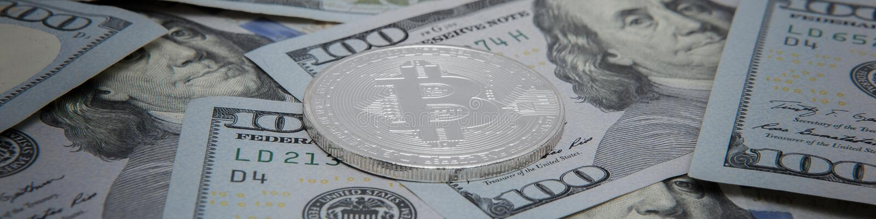 Moedas do bitcoin na perspectiva das notas do dólar bitcoin o cryptocurrency o mais popular no mundo fotos de stock royalty free