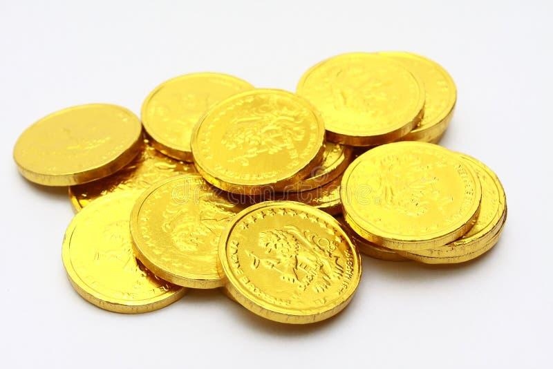 Moedas do chocolate no ouro foto de stock