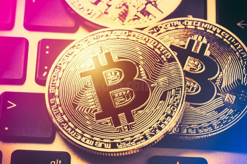 Moedas do cryptocurrency de Bitcoin no teclado do portátil Feche acima da imagem tonificada Moeda cripto - dinheiro virtual eletr fotografia de stock