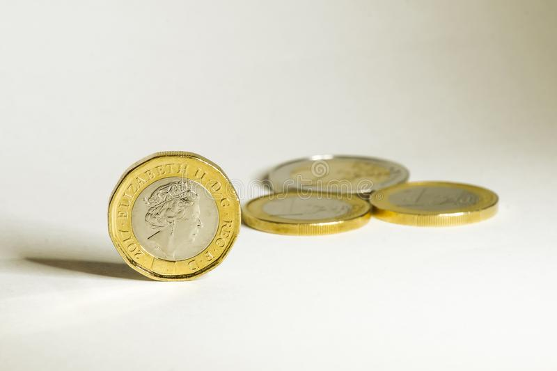 Moedas do euro e da libra antes e depois do brexit fotografia de stock