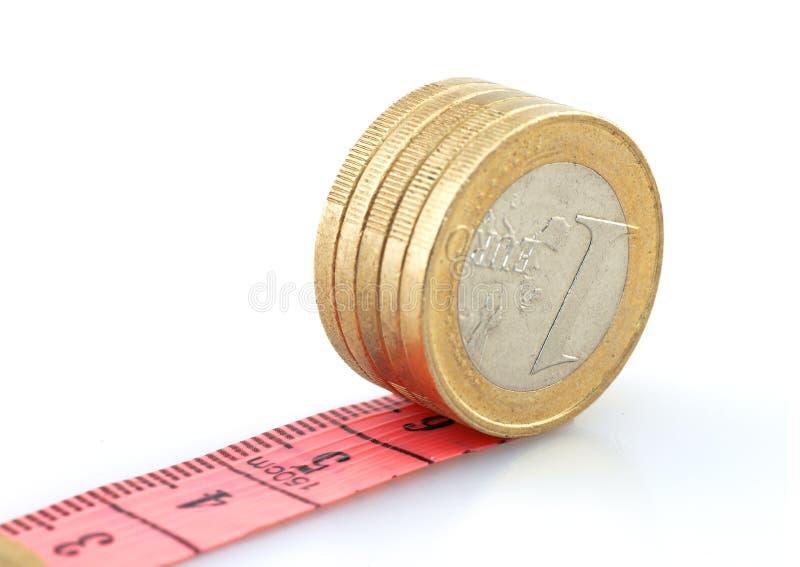 Moedas do Euro que correm na fita foto de stock royalty free