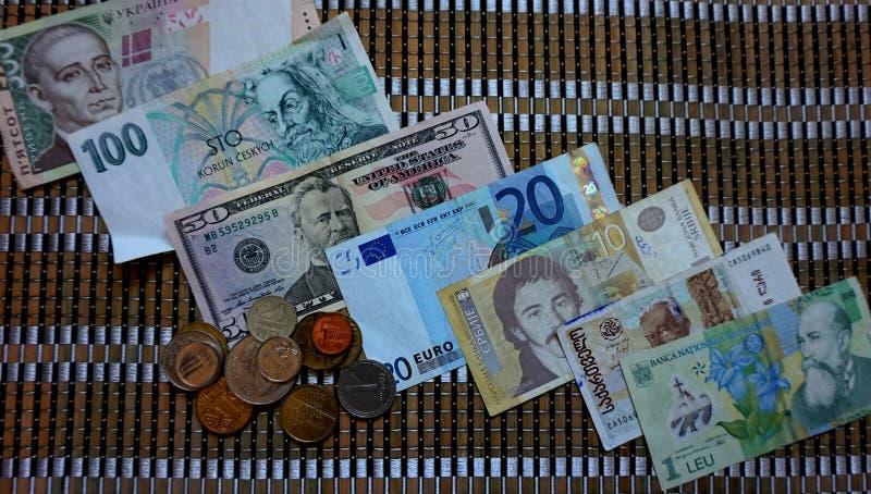 Moedas do papel moeda dos vários países: China, Geórgia, Sérvia, Romênia, Croácia, Ucrânia, a União Europeia, os EUA, Polônia, foto de stock royalty free