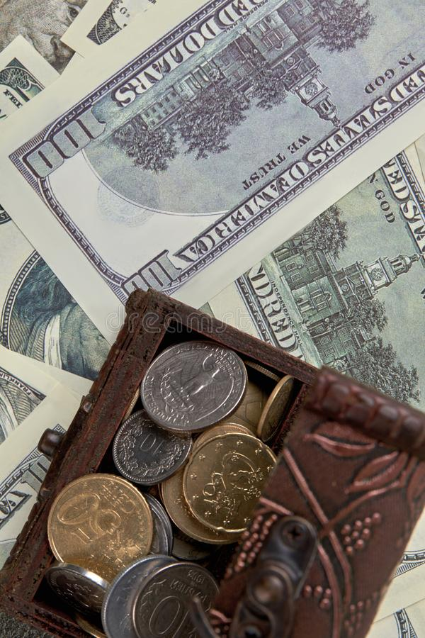 Moedas dos Estados Unidos na caixa de dinheiro marrom fotografia de stock royalty free