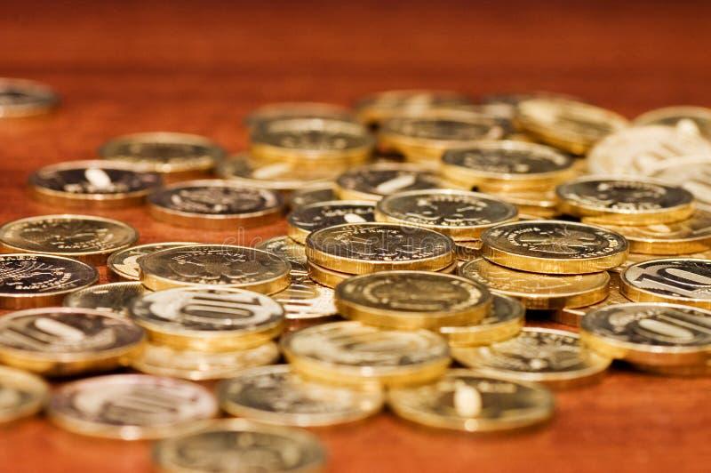 Moedas douradas em uma tabela de madeira fotos de stock royalty free