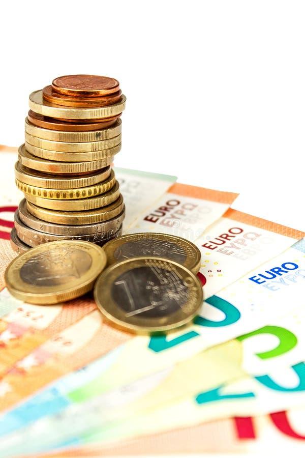 Moedas e cédulas do Euro em um fundo branco Taxa de câmbio Troca do mercado de valores de ação A moeda europeia comum fotografia de stock royalty free
