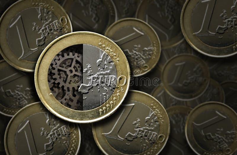 Moedas e engrenagens do Euro para dentro fotos de stock