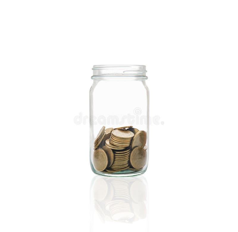 Moedas em um frasco, conceito da acumulação do dinheiro para emergências fotos de stock