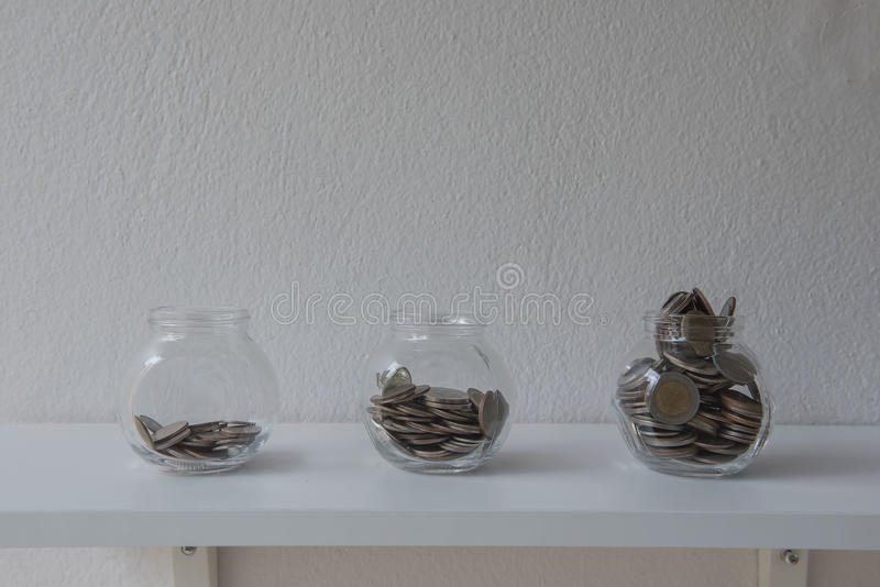 Moedas em um frasco de vidro, etapa do dinheiro da economia do conceito com a moeda do depósito no negócio crescente da pilha do  fotos de stock royalty free