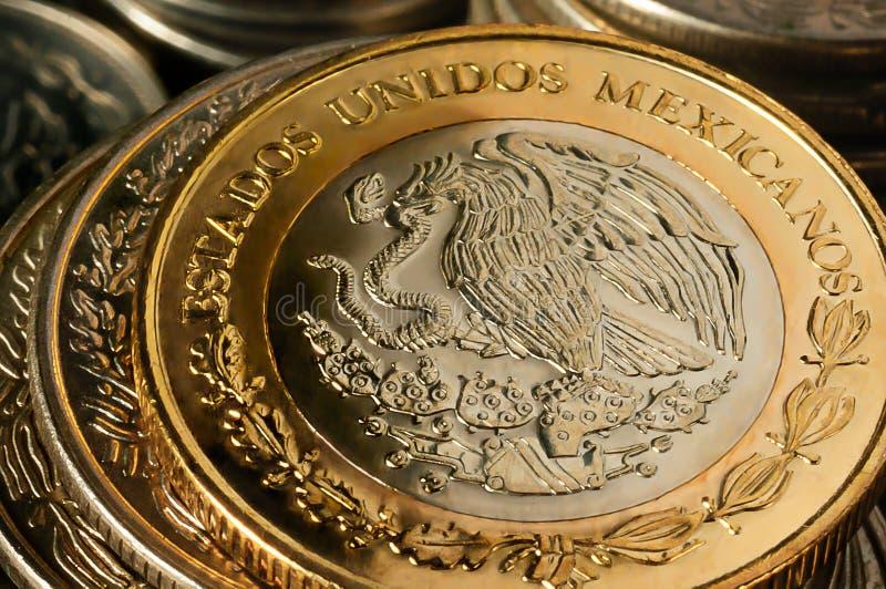 Moedas empilhadas do peso mexicano fotografia de stock