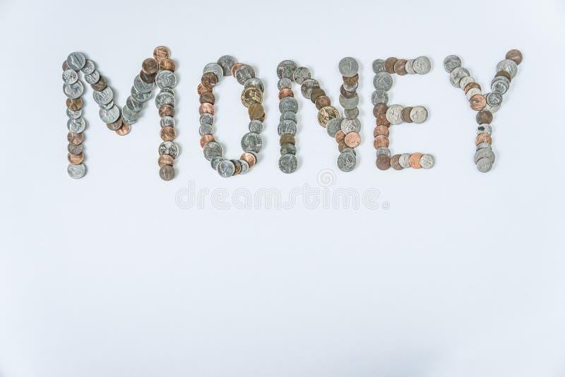 Moedas isoladas no fundo branco contínuo que soletra o dinheiro da palavra fotos de stock