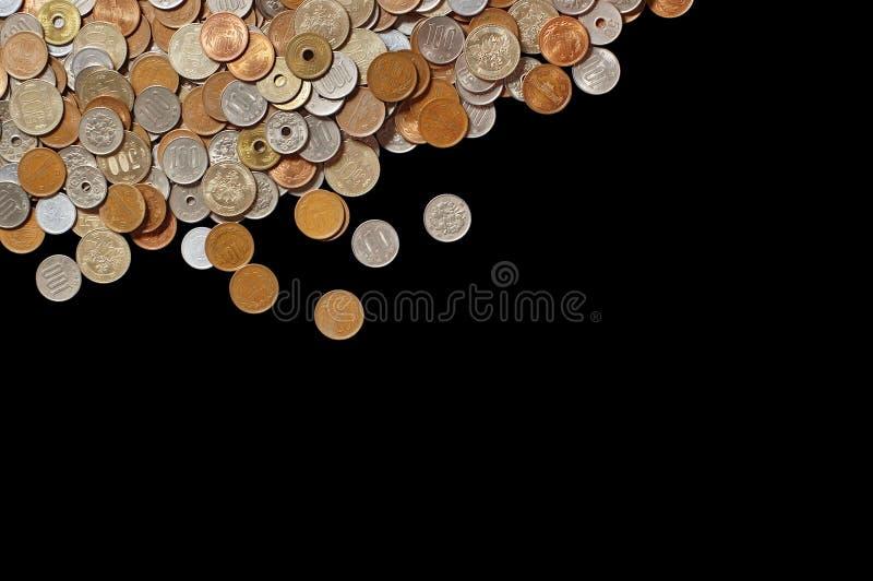 Moedas japonesas do dinheiro no fundo preto fotos de stock royalty free