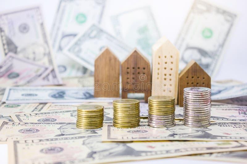 moedas, modelo home com cédulas 10 dólares, 50 dólares imagem de stock royalty free