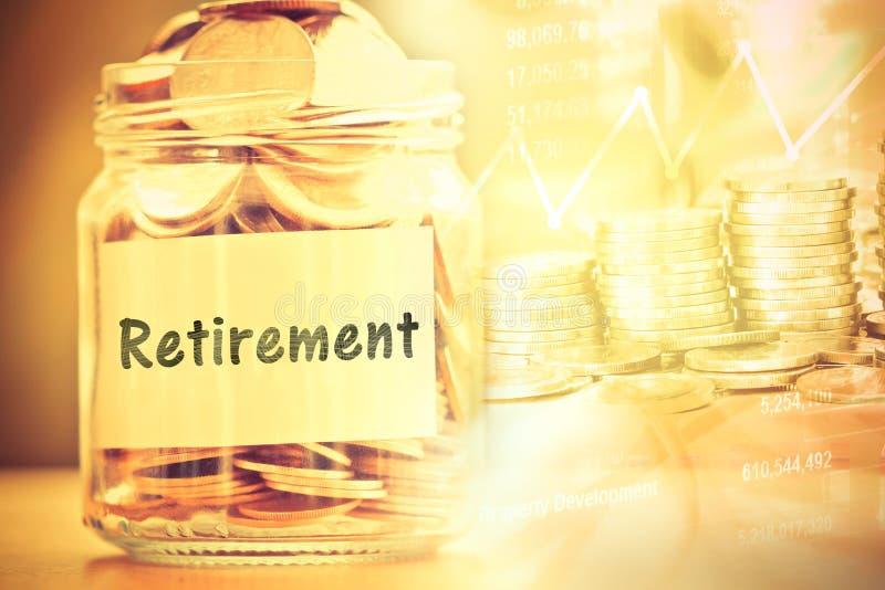Moedas no frasco de vidro com etiqueta da aposentadoria para o financ da economia do dinheiro fotografia de stock royalty free