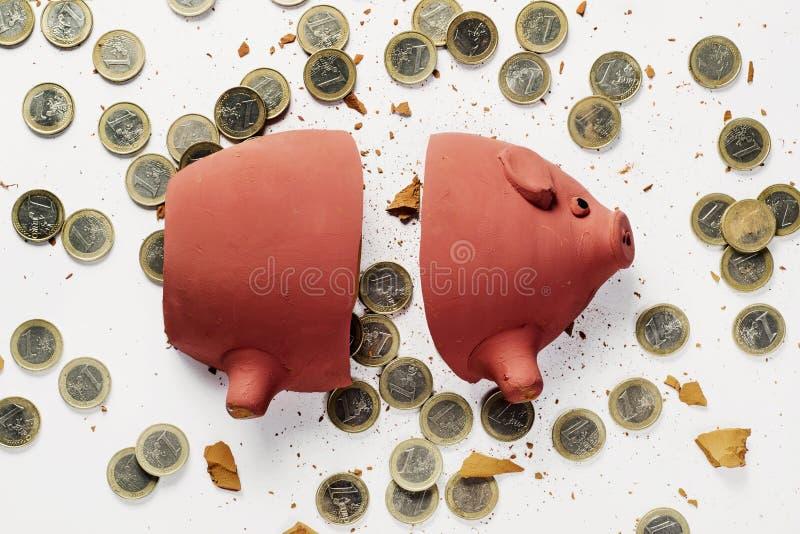Moedas quebradas do mealheiro e do euro imagens de stock