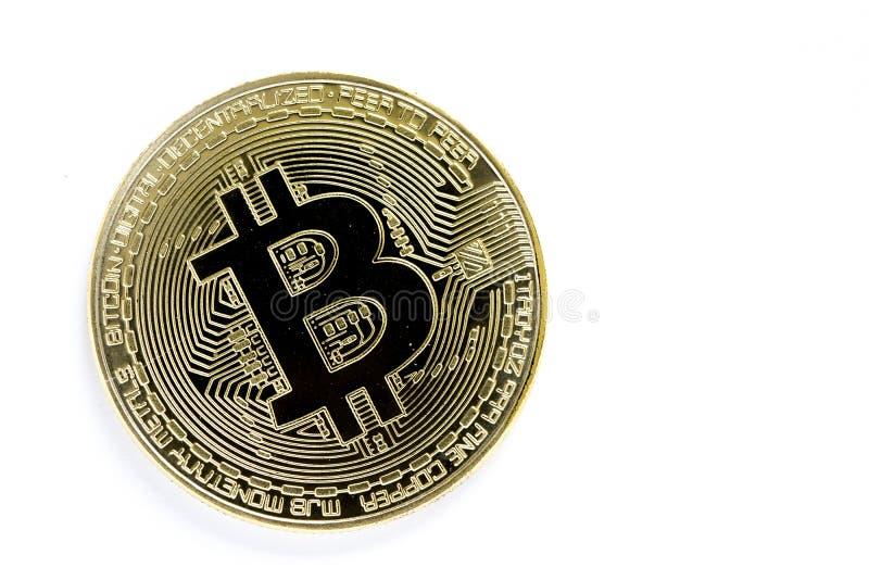 Moedas virtuais do bitcoin dourado isoladas no fundo branco imagem de stock