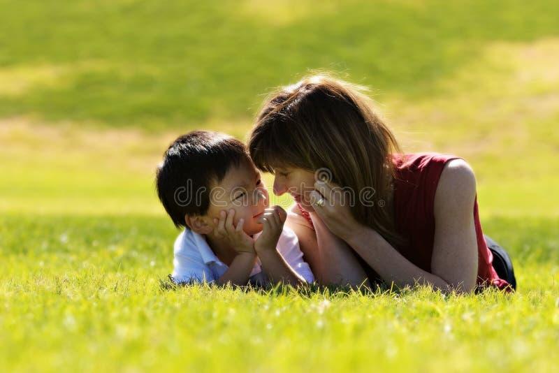 Moeder & Zoon royalty-vrije stock afbeeldingen