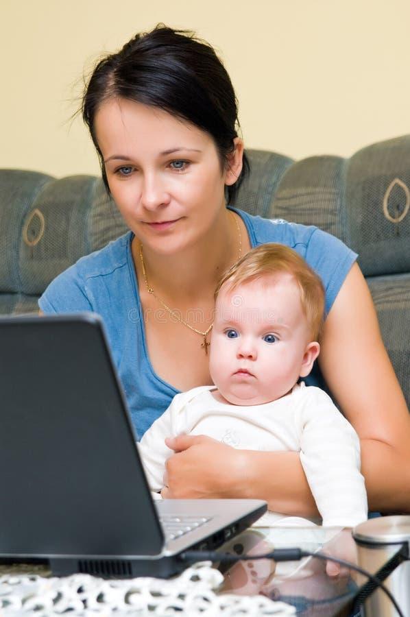 Moeder, baby en laptop royalty-vrije stock afbeeldingen
