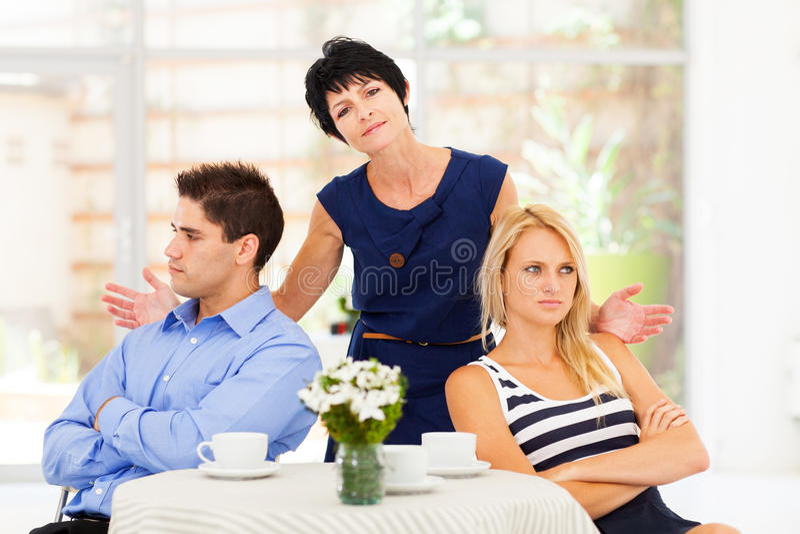 Moeder binnen - wordt gevangen die tussen royalty-vrije stock afbeeldingen