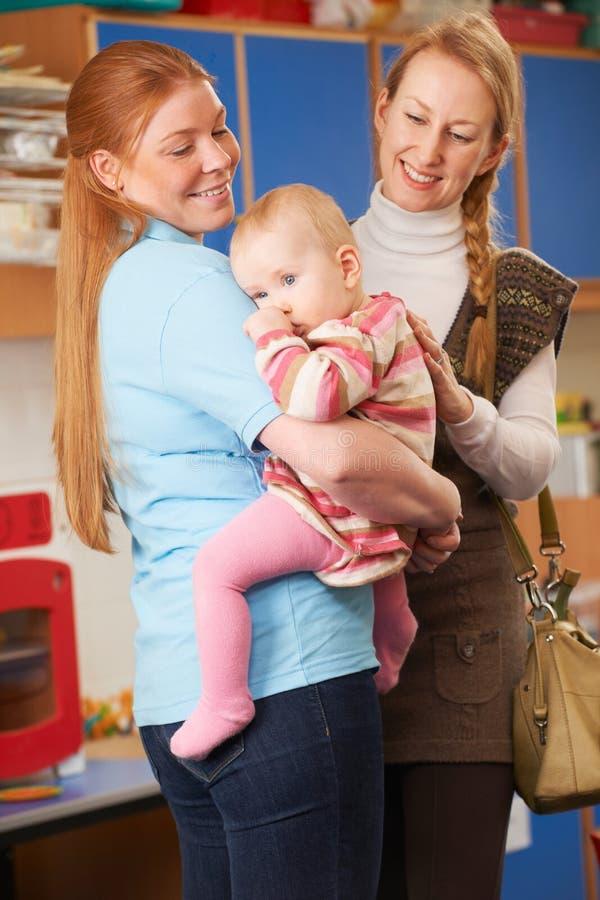 Moeder Dalende Baby bij Kinderdagverblijf stock afbeeldingen