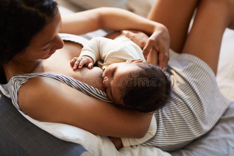 Moeder de borst gevende baby in comfortabele positie royalty-vrije stock afbeeldingen