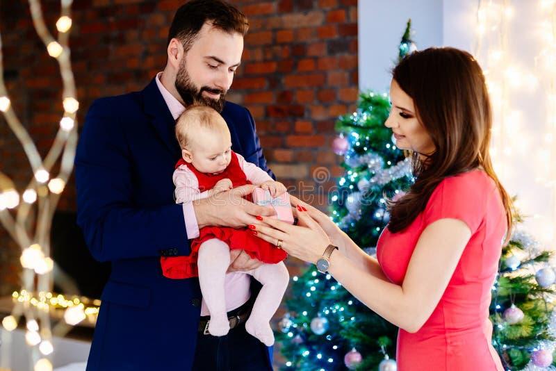 Moeder die aanwezige Kerstmis geven aan haar babykind stock afbeeldingen
