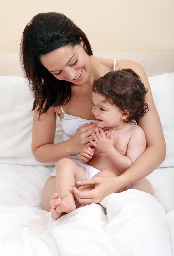 Moeder die baby kietelt royalty-vrije stock foto's