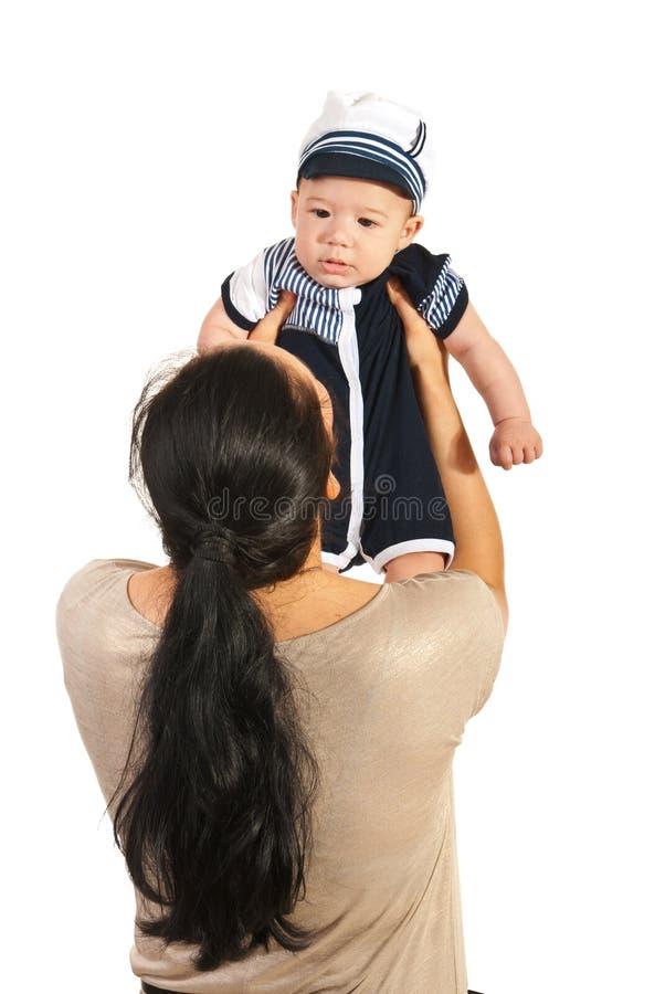 Moeder die babyjongen opheffen royalty-vrije stock afbeeldingen