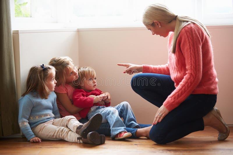 Moeder die bij Jonge Kinderen schreeuwen stock afbeelding