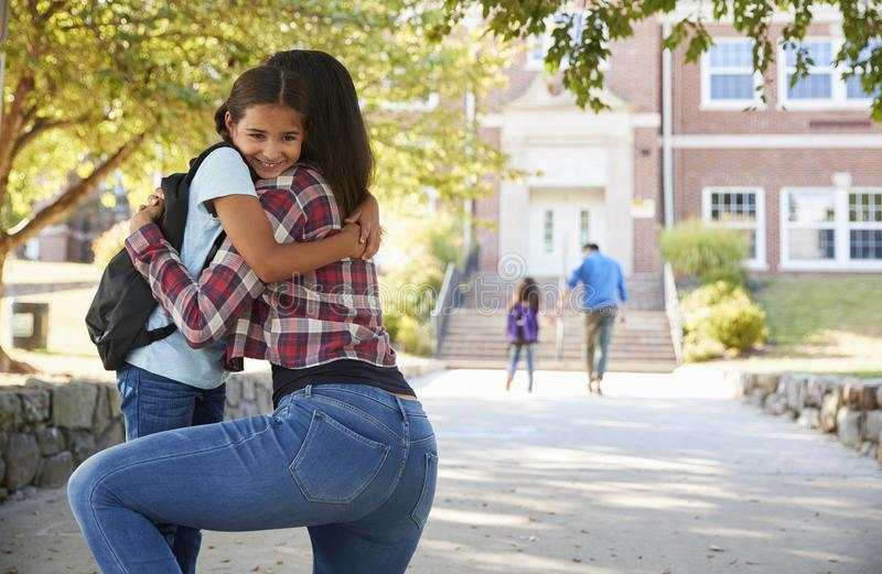 Moeder die Dochter in Front Of School Gates afzetten royalty-vrije stock foto's