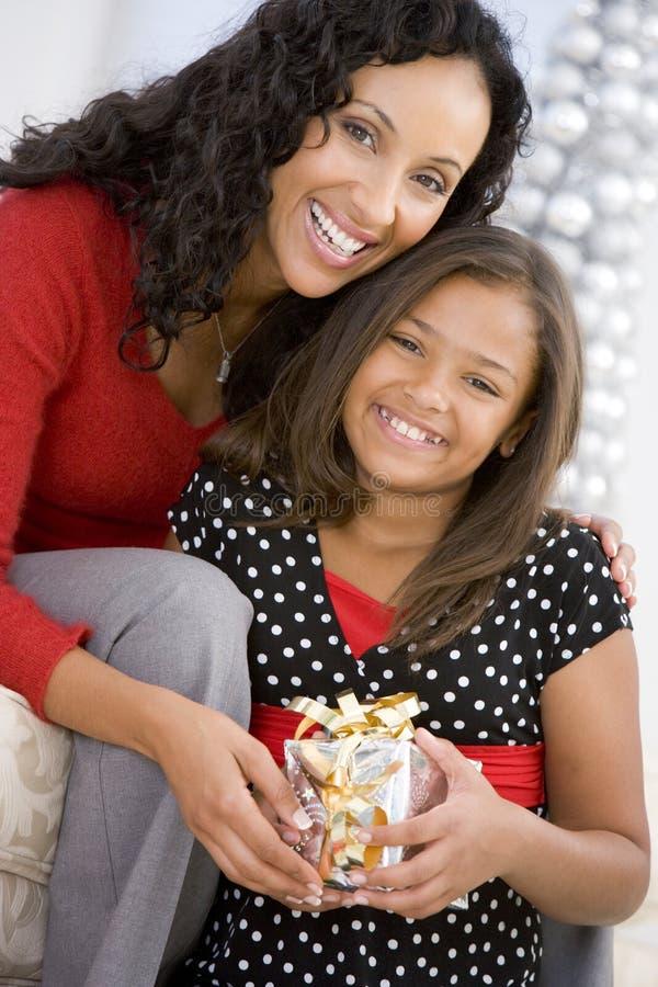 Moeder die Dochter Haar Aanwezige Kerstmis geeft royalty-vrije stock foto's