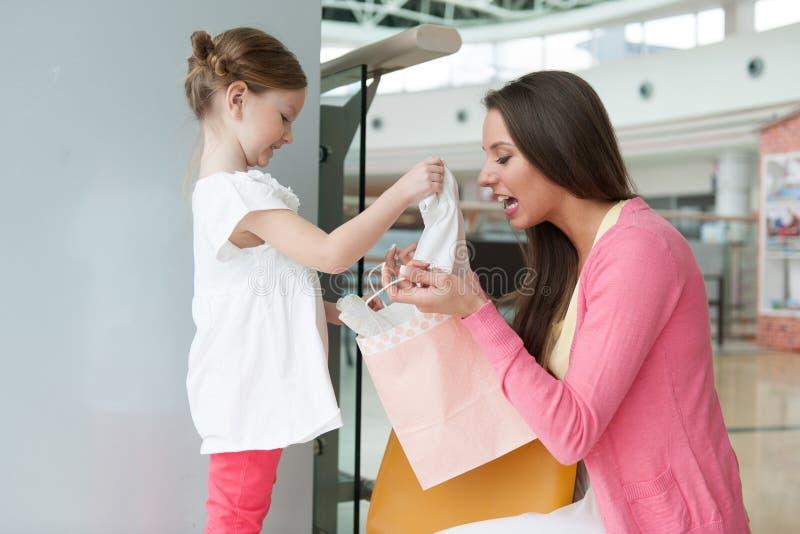 Moeder die dochtergift van document het winkelen zak geven royalty-vrije stock foto