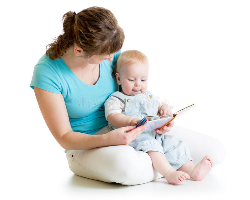 Moeder die een boek lezen aan haar baby stock foto's