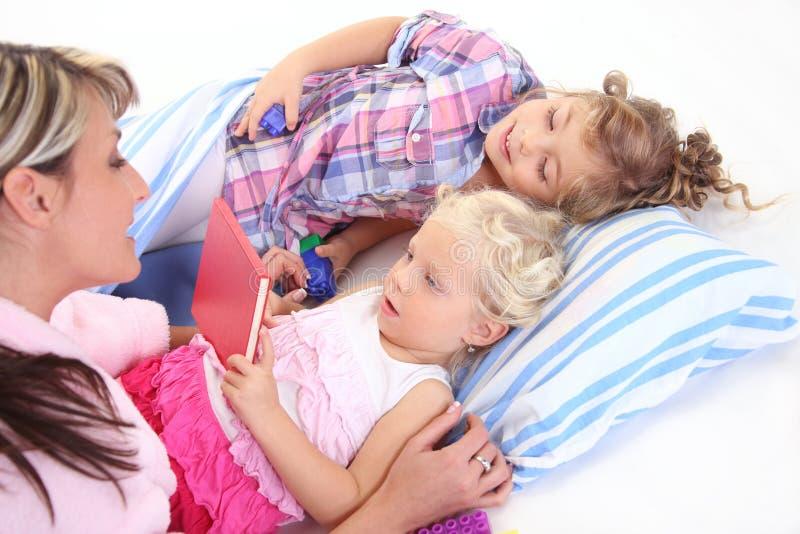 Moeder die een boek met kinderen leest royalty-vrije stock foto's