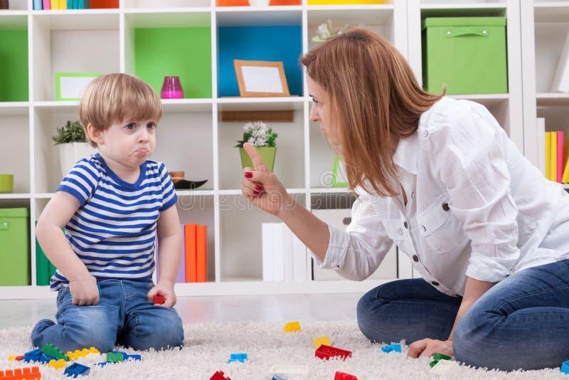 Moeder die een ongehoorzaam kind berispen royalty-vrije stock afbeelding